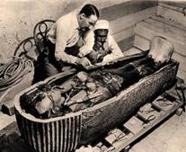 العالم البريطاني هوارد كارتر يكتشف تابوت الفرعون توت عنخ أمون بعد نحو عامين من اكتشاف مقبرته