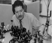ولد العالم الكميائي المصري أحمد زويل
