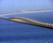 تثبيت أول قاعدة من قواعد جسر الملك فهد