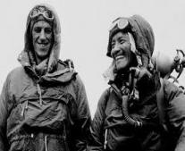 إدموند هيلاري وتينسينغ نورغاي يتسلقان قمة إفرست لأول مرة في التاريخ