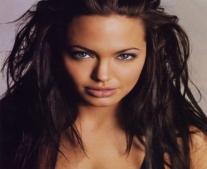 ولدت الممثلة الأمريكية آنجلينا جولي (Angelina Jolie)