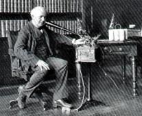 توماس إديسون يخترع أول جهاز لتسجيل الصوت / فونوغراف