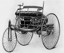 كارل بنز يتمكن من قيادة أول سيارة تعمل بمحرك بخاري من إختراعه