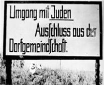 """أدولف هتلر يصدر مجموعة من القوانين العنصرية عرفت باسم """"قوانين نورمبرغ"""""""