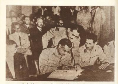 جمال عبد الناصر يوقع على اتفاقية الجلاء البريطاني عن مصر