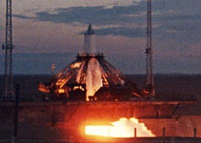 """إطلاق سبوتنك-2 حاملاً أول كائن حي للفضاء """"الكلبة لايكا Лайка"""""""