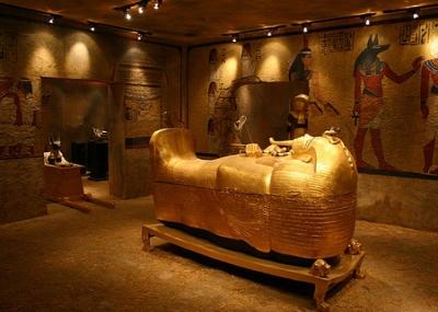 علماء الآثار يدخلون مقبره الملك توت عنخ آمون لأول مرة