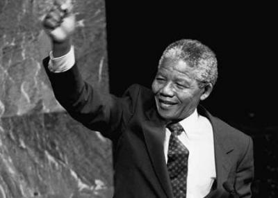 القبض على نيلسون مانديلا ومئة وخمسين من رفاقه بتهمة الخيانة