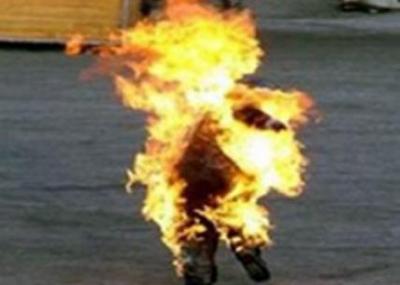 طارق الطيب محمد البوعزيزي يضرم النار في نفسه أمام مقر ولاية سيدي بوزيد