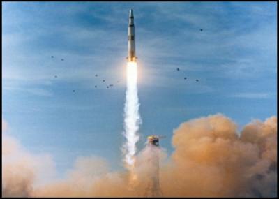 انطلاق أبولو8 بواسطة الصاروخ ساتورن5 حاملا 3 رواد فضاء أمريكيين إلى مدار حول القمر