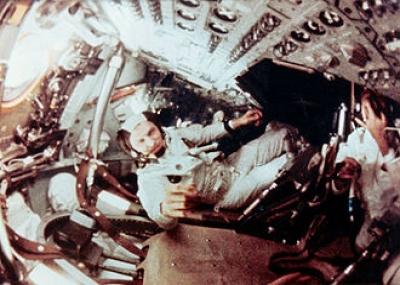 طاقم أبولو 8 يدخل مدار حول القمر