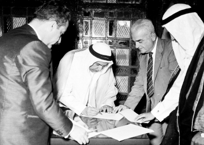 الشيخ عبد الله السالم الصباح يوقع اتفاقية تلغي معاهدة الحماية البريطانية على الكويت ويعلن استقلالها