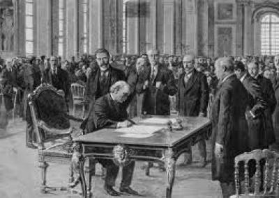 التوقيع على معاهدة فرساي في فرنسا وتعد هذه المعاهدة النهاية الرسمية للحرب العالمية الأولى