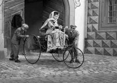 أول إنسان يقوم بجولة بالسيارة بيرتا بنز زوجة المخترع الألماني كارل بنز