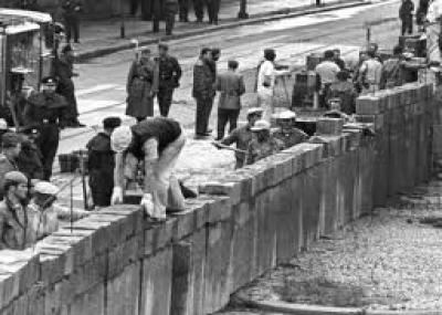 """بدأ بناء جدار برلين """"Berliner Mauer"""""""