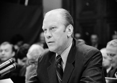 أصدر الرئيس جيرالد فورد عفواً بحق نيكسون بشأن فضيحة ووترغيت