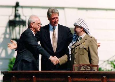 ياسر عرفات وإسحاق رابين يوافقان على اتفاقية أوسلو
