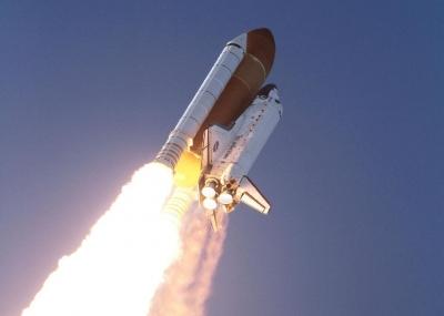 إقلاع المكوك الفضائي ديسكفري من قاعدة رأس كانافيرال بفلوريدا